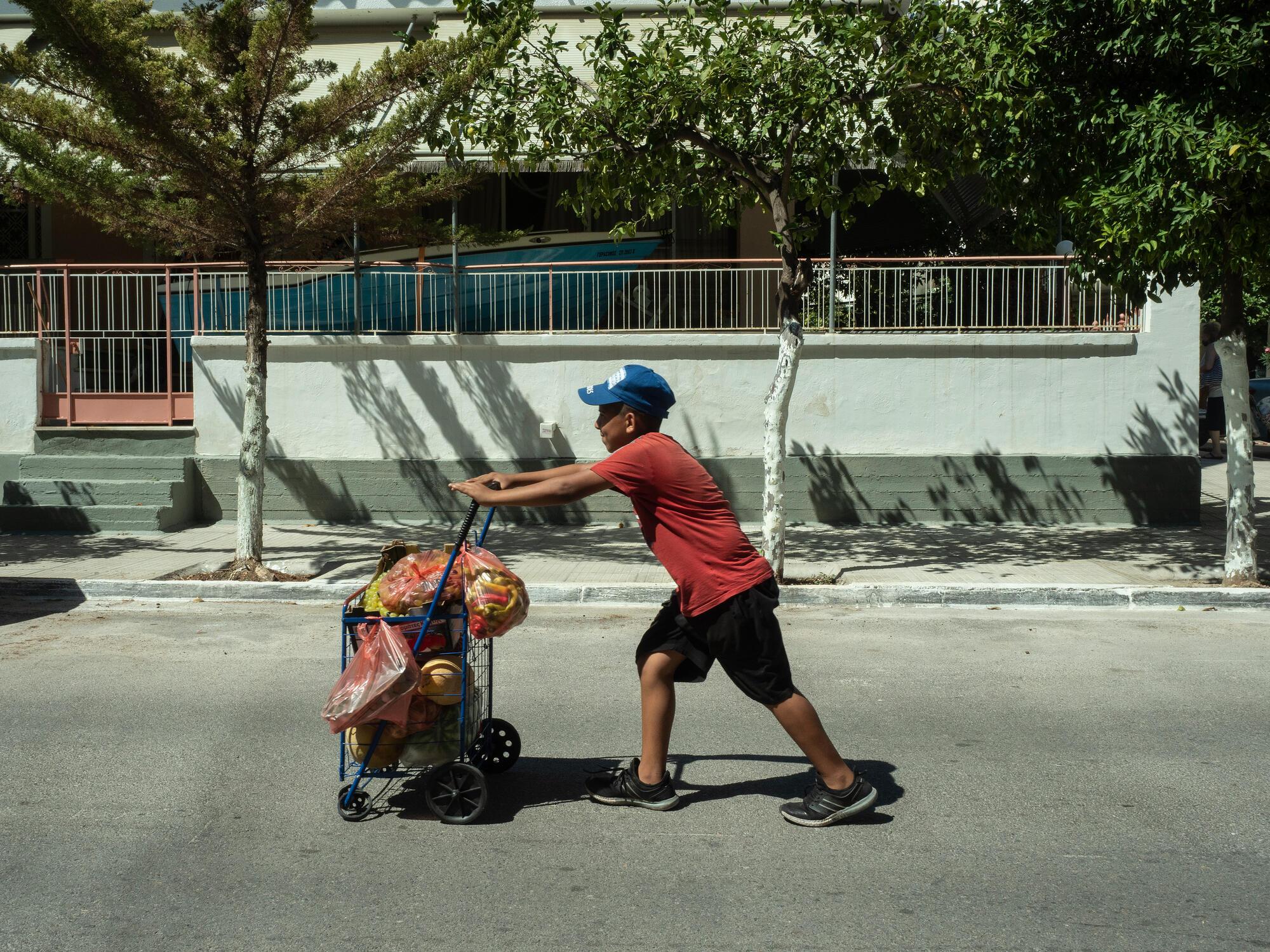 L'un des fils d'Aboo Abdul dans les rues d'Athènes, août 2020, crédit : Enri CANAJ/MAGNUM Photos