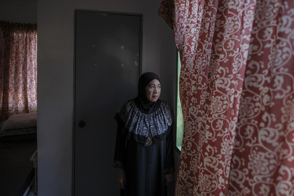 « Le siège n'a fait qu'accroître nos inquiétudes. Je n'avais jamais vu autant d'adultes faire la queue au centre de santé avant. C'est le cas maintenant. C'est probablement à cause de toutes ces choses douloureuses que nous avons traversées. Je suis mère célibataire. Quand nous étions à Marawi, nous avions un petit magasin de sari-sari. Maintenant je dois compter sur mes frères et sœurs. Je dois vivre avec eux. Mais il faut accepter et lentement nous surmonterons cela. » Sarah Oranggaga, 47 ans, fréquente le centre de santé de Marawi régulièrement. Elle est suivie pour hypertension artérielle. Elle a vécu et travaillé en Arabie saoudite pendant 16 ans pour économiser suffisamment d'argent afin de construire un bâtiment de deux étages dans le centre-ville de Marawi. Elle avait un magasin au premier étage et vivait au deuxième étage, avec son fils. Le conflit lui a fait perdre tous ses biens.©Veejay Villafranca