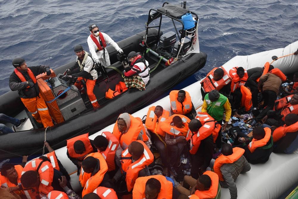 OCTOBRE – MER MÉDITERRANÉE MSF poursuit ses opérations de sauvetage en Mer Méditerranée, l'un des seuls points de passage vers l'Europe. Depuis avril 2016, les équipes MSF ont porté secours à 19 700 personnes grâce aux opérations de sauvetages menées à bord du Dignity I, du Bourbon Argos et de l'Aquarius (ce dernier en partenariat avec SOS Méditerranée). © Sara Creta/MSF