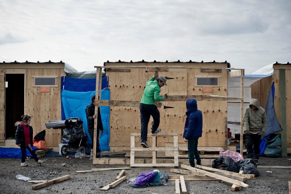 MARS – FRANCEMSF aménage un nouveau site, en collaboration avec la municipalité, pour reloger les personnes vivant dans la boue et le froid du camp de Grande-Synthe, dans le nord de la France. Ainsi, 375 abris en bois, chauffés, comportant des douches et des toilettes et pouvant chacun accueillir 4 personnes, sont installés. © Stephane Dubromel
