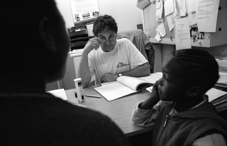 Novembre 2003. Khayelitsha, Afrique du Sud. Un médecin de MSF examine un patient séropositif.