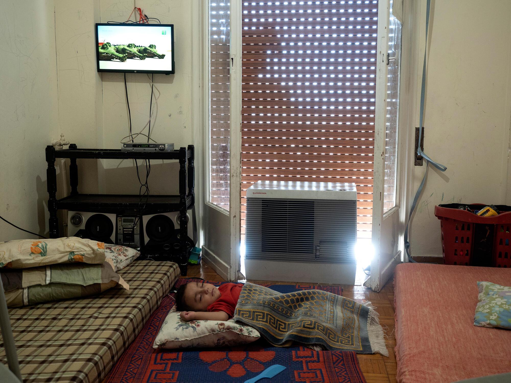 Portrait de l'un des fils d'Abdullah, un Syrien de Deir es-Zor suivi par MSF pour des troubles psychiatriques. La famille a été informée de leur prochaine expulsion et l'aide financière qu'ils recevaient a été interrompue. Athènes, août 2020. Crédit : Enri CANAJ/MAGNUM Photos