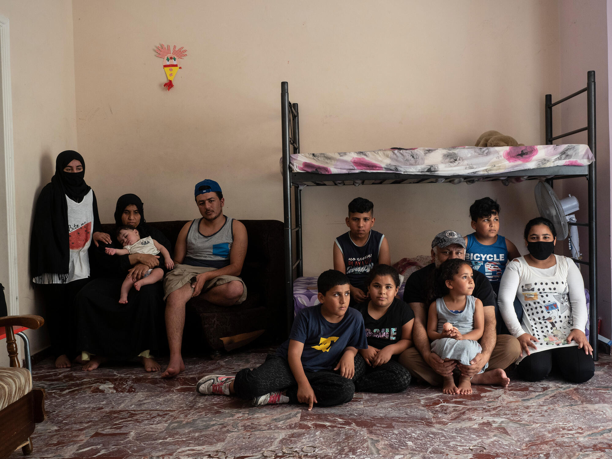 Portrait de la famille d'Aboo Abdul à Athènes, août 2020, crédit : Enri CANAJ/MAGNUM Photos