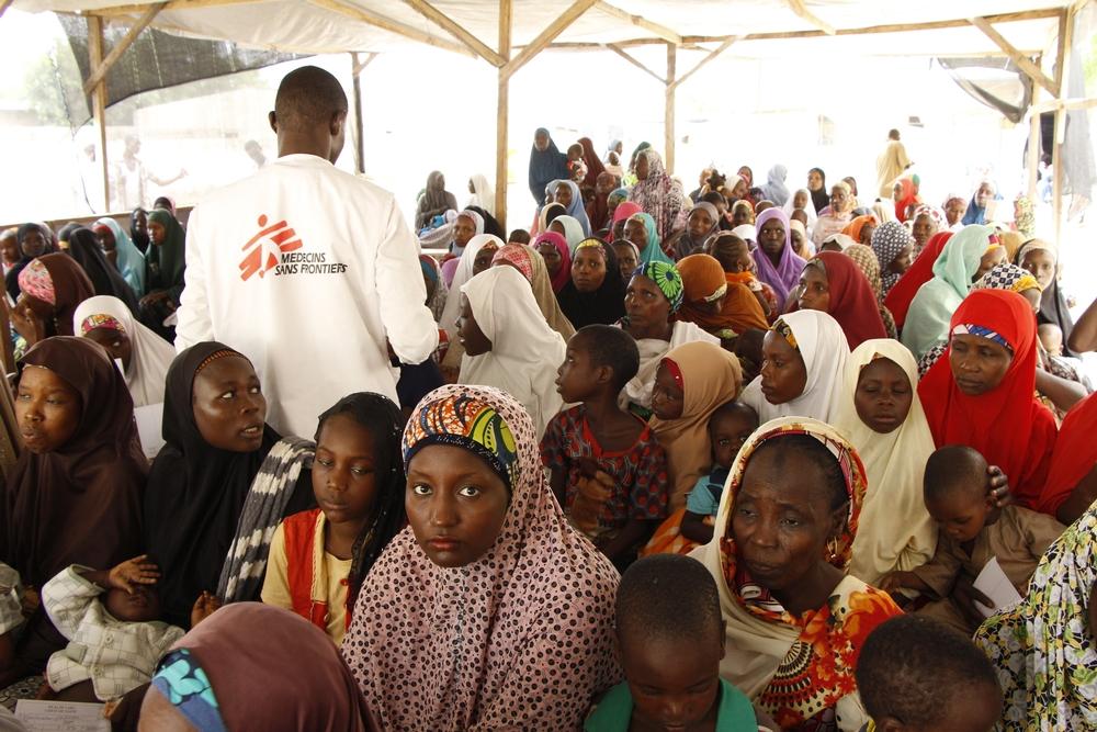 JUIN – NIGERIALes équipes médicales font face à une situation sanitaire critique dans le l'État de Borno, dans le nord-est du Nigeria. Entre 500000 et 800000 personnes déplacées ou vivant dans des enclaves ont un besoin urgent de nourriture, de soins médicaux, d'eau potable et d'abri. MSF intervient à Maiduguri et dans les villes de Bama et de Mongono où ses équipes effectuent des consultations médicales, prennent en charge les enfants malnutris et distribuent de la nourriture. © Benoit Finck