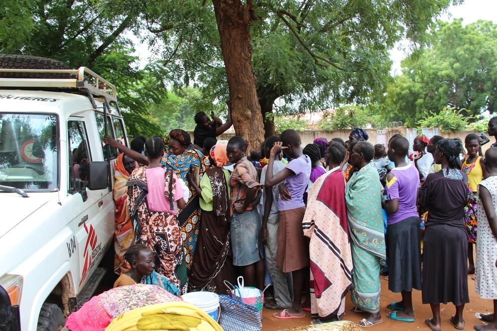 JUILLET – SOUDAN DU SUDDe violents affrontements entre armée sud-soudanaise et groupes armées à Wau, capitale de l'État du Bahr el-Ghazal occidental auSoudan du Sud, entraînent le déplacement de milliers de personnes. MSF a déployé un dispensaire mobile sur un site regroupant des milliers de personnes, assoiffées, affamées et dépourvues de tout : en deux jours, plus de 330 personnes ont été reçues en consultation. © MSF