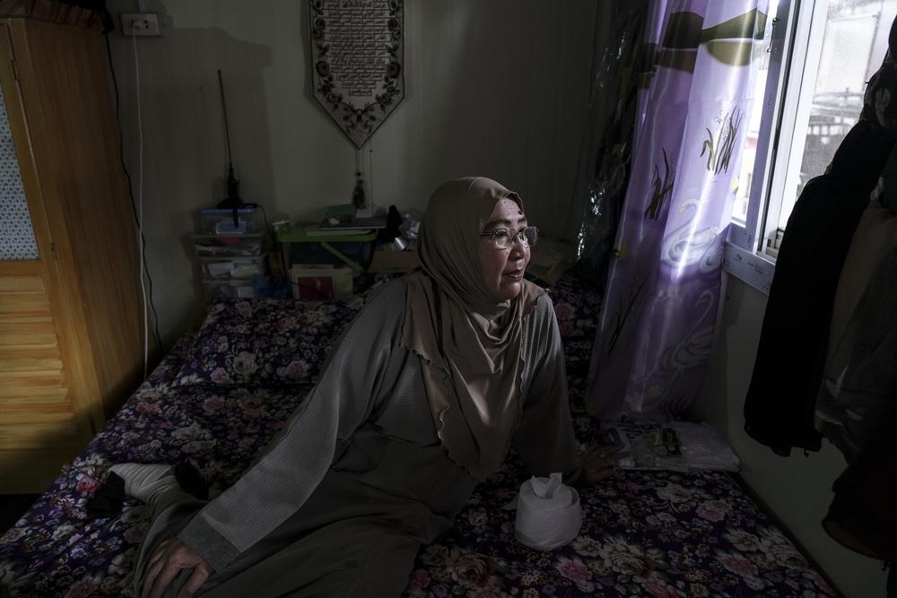 «C'était le 23 mai. Il était 15.00 heures lorsque ce groupe a déboulé où nous vivons, à Marinaut. Ils étaient si nombreux, comme une multitude de poux noirs envahissant notre rue. Il y avait des coups de feu partout. Ce jour-là, mon mari venait de quitter l'hôpital pour poursuivre son traitement à domicile. Deux de mes filles venaient d'arriver à la maison pour remplir sa réserve d'oxygène quand la zone a été évacuée. Je pense que nous étions les seuls à être restés dans le quartier. Je ne pouvais pas partir et laisser mon mari là. Le lendemain, nous avons appris qu'ils allaient bientôt bombarder la zone. Mon mari, ancien militaire, a expressément refusé de quitter sa maison. Pendant ce temps, un de mes petits-fils a eu une terrible crise d'asthme. Nous avons dû l'emmener à l'hôpital. Mais entre le manque de moyens de transport et les routes partiellement bloquées par l'Etat Islamique, ce n'était pas évident. Nous avons finalement réussi à rejoindre l'hôpital d'Iligan, à 60 kilomètres de là. Mon mari est resté avec des parents et je pensais rentrer le lendemain avec une voiture pour le récupérer. Mais le jour suivant, nous avons appris qu'il était décédé. Avec mes enfants, nous étions dévastés après avoir entendu la nouvelle. Sans aucun moyen de transport et à cause des bombardements massifs sur la région, aucun moyen de retourner chez nous ni de transporter mon mari où nous nous trouvions pour organiser un enterrement. Nous ne pouvions rien faire. Alors que notre maison possède une partie extérieure, nous avons dû l'enterrer à l'intérieur de la maison, pour ne pas être repéré par les drones gouvernementaux et risquer d'être assimilés à l'EI.» Sobaida Comadug, 60 ans, ancienne résidente du quartier de Ground Zero. Elle est suivie au centre de santé local de Sagonsongan, près des abris temporaires, pour diabète, hypertension, asthme et arthrite. Son mari était malade, sous oxygène, le jour où le siège a éclaté.©Veejay Villafranca
