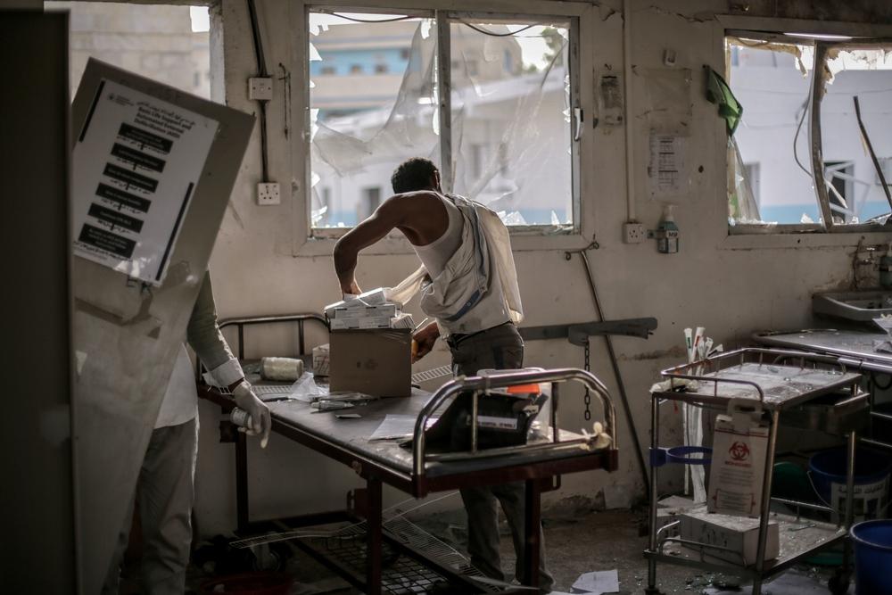 AOUT – YÉMEN L'hôpital de la ville de Abs, soutenue par MSF et situé dans le gouvernorat de Hajjah, dans le nord-ouest du Yémen, est touché par une frappe aérienne le 15 août. Quatrième attaque sur une structure MSF, elle est la plus meurtrière. 19 personnes, dont un membre de MSF, y perdent la vie et 24 autres sont blessées. MSF prend la décision d'évacuer son personnel des 6 hôpitaux dans lesquels elle intervient dans le nord du pays. © Rawan Shaif